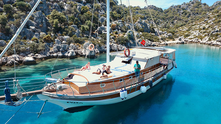 Charter a Boat: 7 Things to Consider When Chartering a Yacht